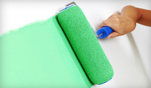 нанесение краски на стену валиком
