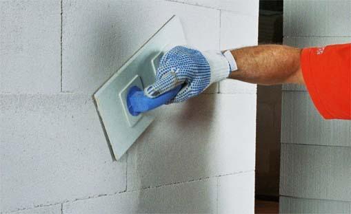 Процесс затирки стены из газобетона