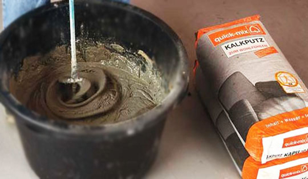 замешивание сухой смеси штукатурки