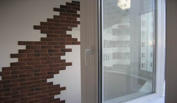 простая композиция на стене из облицовочного камня