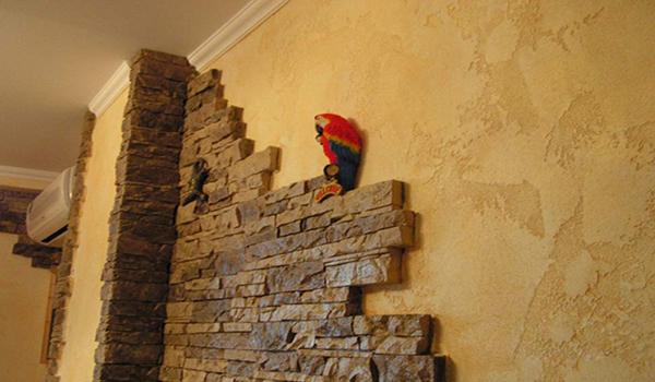 облицовка части стены камнем