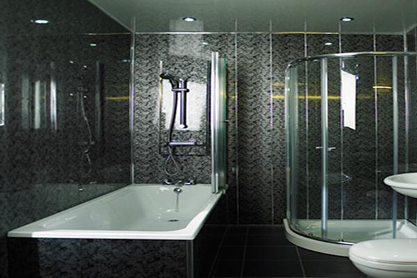 ванная комнате облицованная черными ПВХ панелями