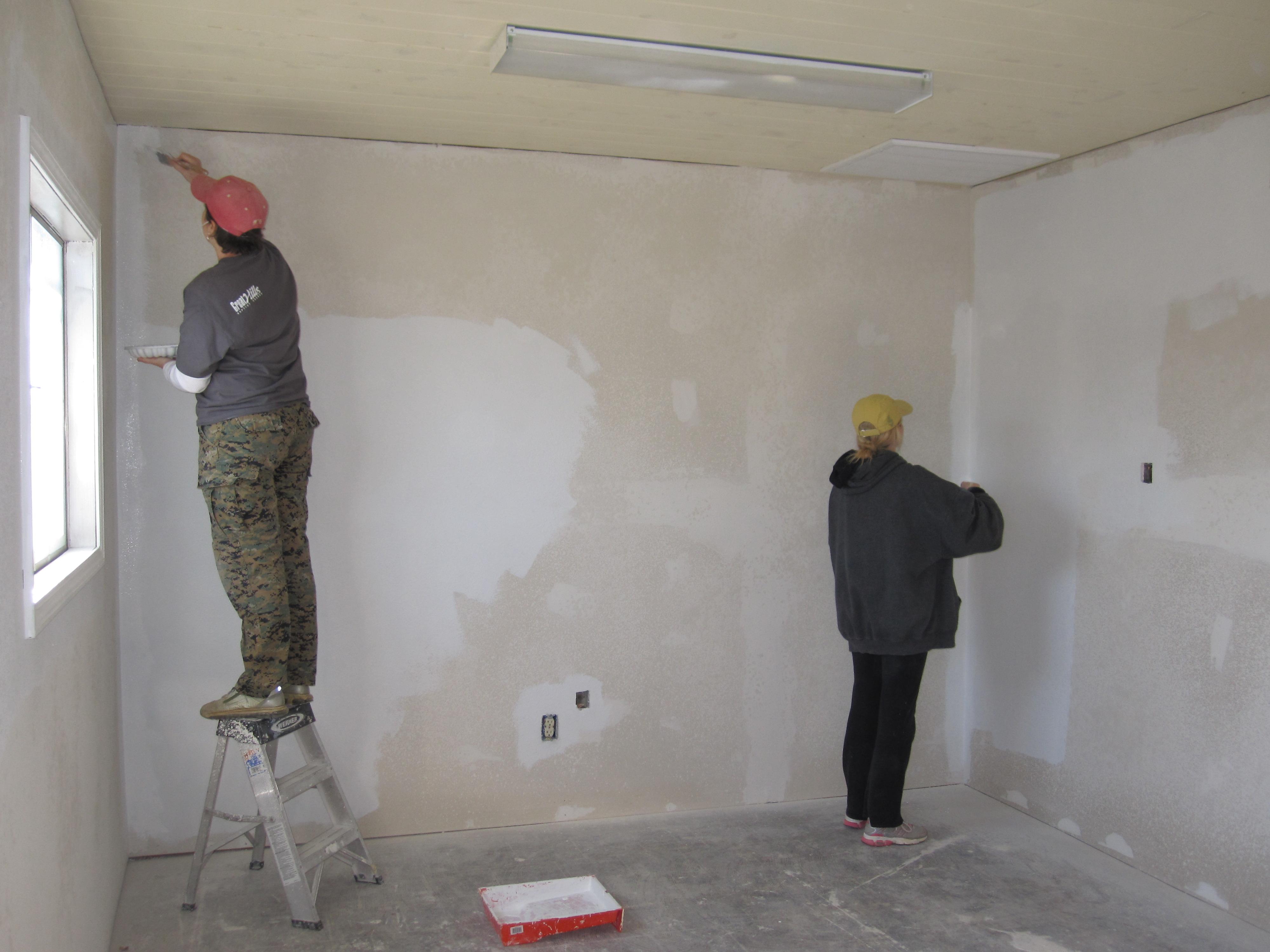 Очень важно перед шпаклевкой подготовить стену