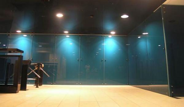 монтаж стеклянных панелей инструментальным способом