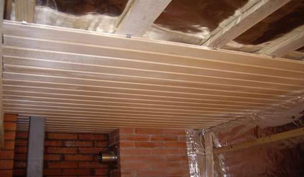 обшивка вагонкой и утепление потолка в бане