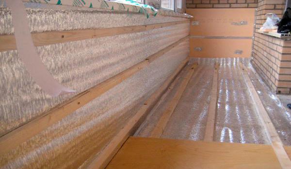 Балкон с фольгированным утеплителем внутри