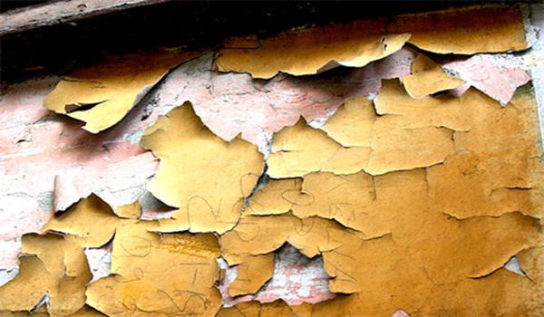облупившаяся краска на стене