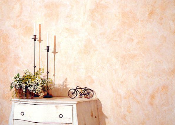 Наклееные на стену обои, имитирующие венецианскую штукатурку