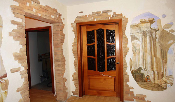 Облицовка стен декоративным камнем в коридоре