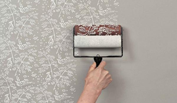 нанесение рисунков на стену с помощью валика