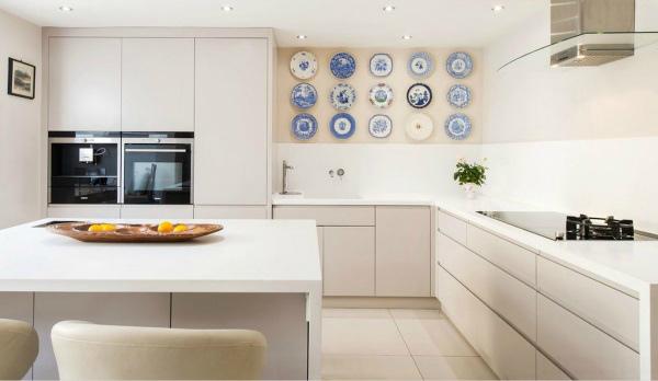 Декоративные тарелки в декоре кухонной стены