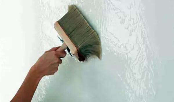 обработка стены антисептиком с помощью кисти