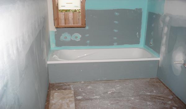 обшитые стены гипсокартоном в ванной