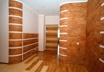 Чем практично и красиво отделать стены в прихожей