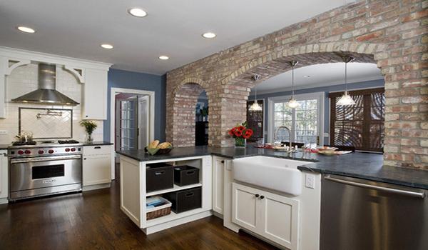 кирпичная разграничительная арка на кухне