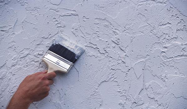 нанесение жидких обоев на стену с помощью кисти