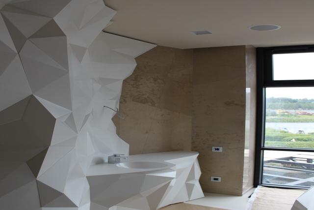 облицовка стен ванной диким камнем