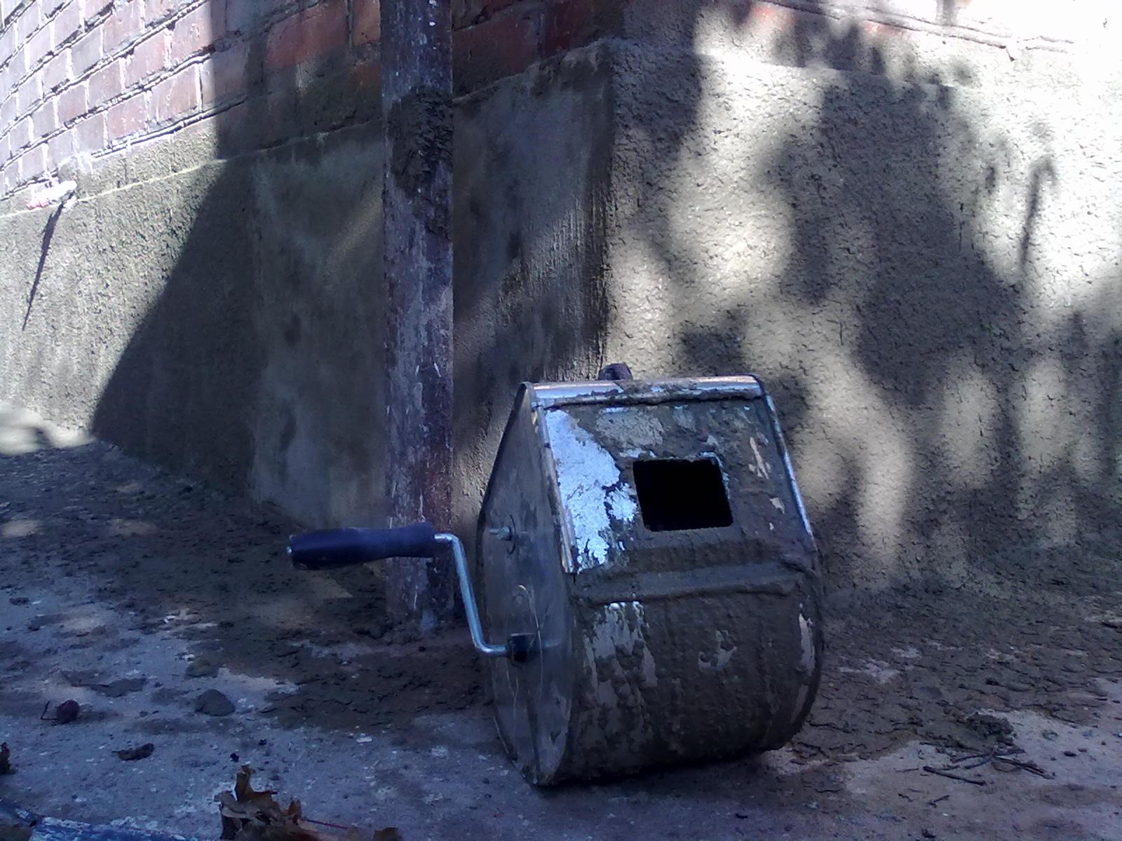машинка старого образца для штукатурки стен