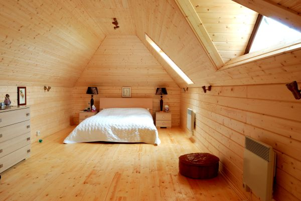 спальня, обшитая деревом