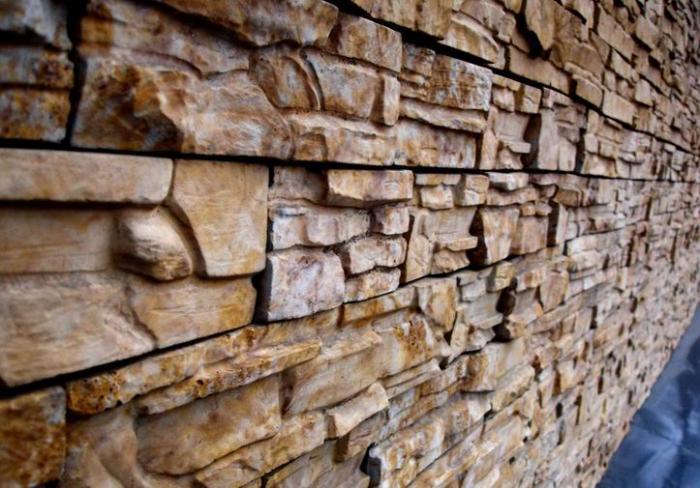 Облицовка стен диким камнем