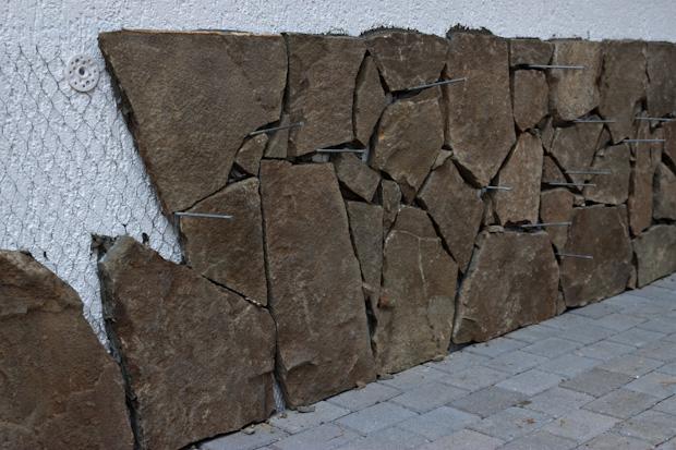цоколь из камня
