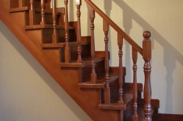 прямая деревянная лестница