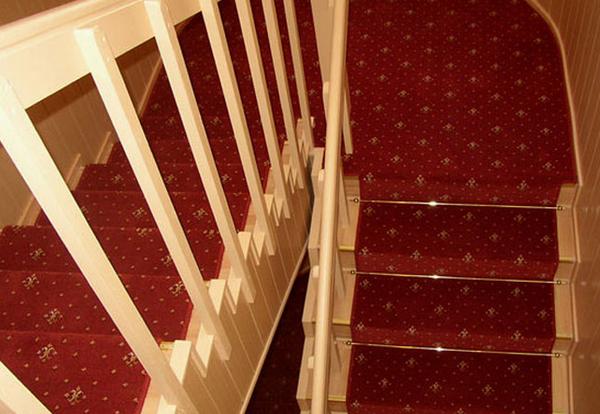 лестница, покрытая ковролином