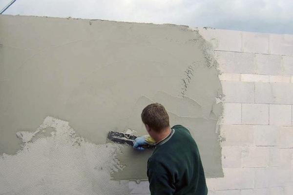 процесс штукатурки газобетонной стены