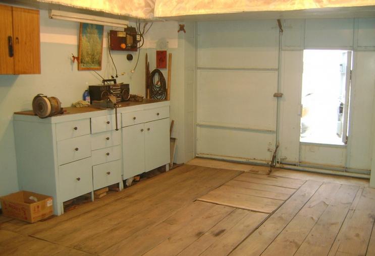 гараж, стены которого покрашены масляной краской