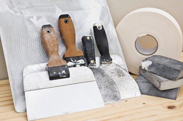 специализированный строительный инструмент для шпаклевки потолка