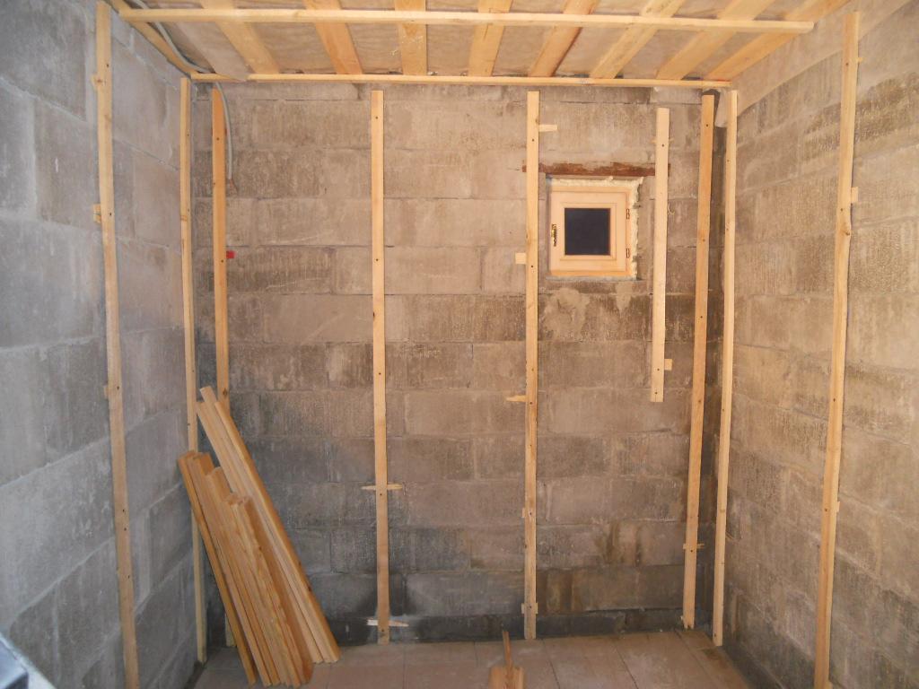 деревянный каркас на стене