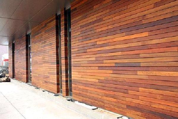 стена, облицованная панелями
