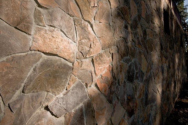 стена, облицованная натуральным камнем