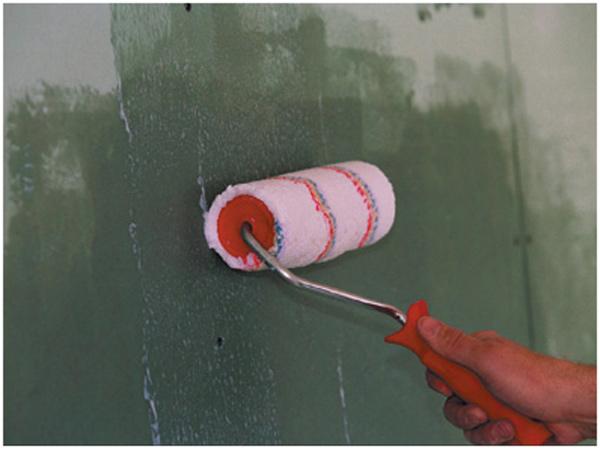 процесс нанесения грунтовки на стену