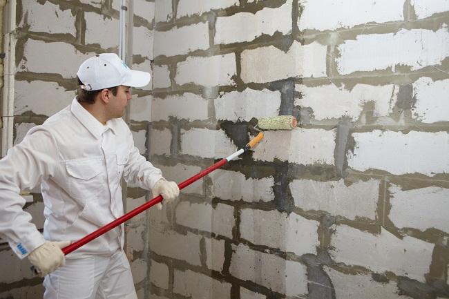 нанесение грунтовки на газобетонную стену