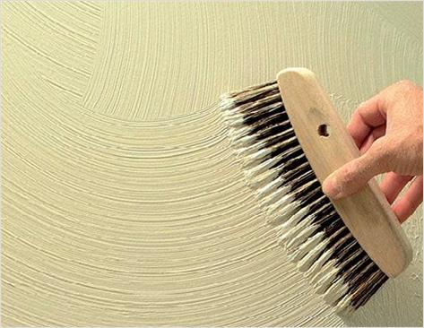 Процесс нанесения декоративной штукатурки с помощью щетки