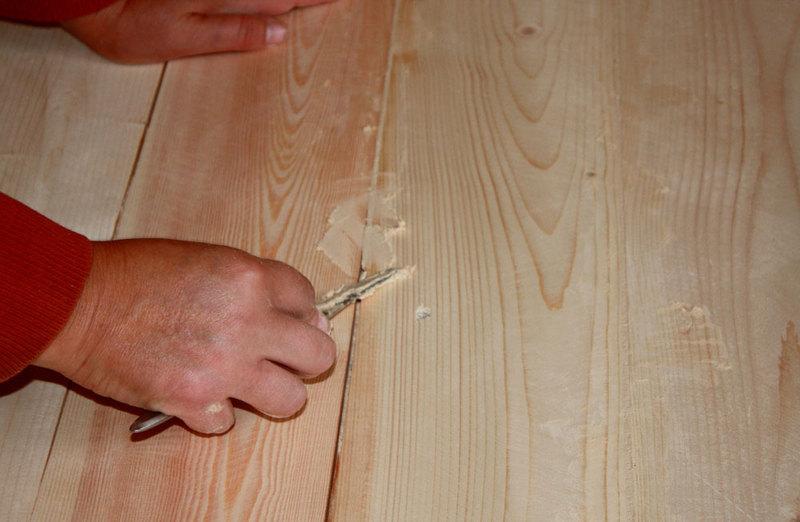 процесс шпаклевки деревянного пола