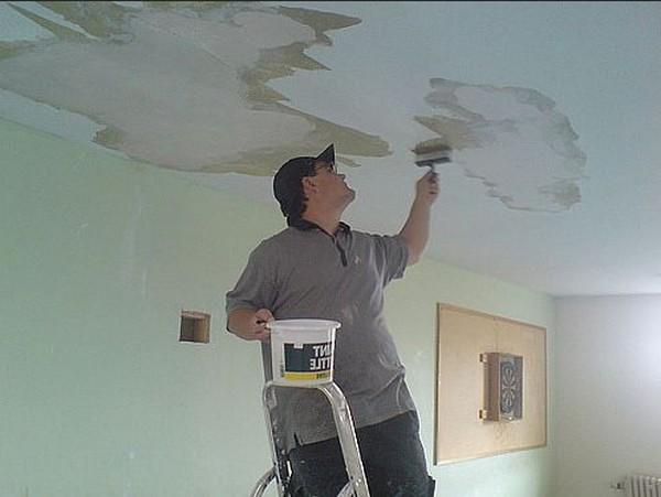 процесс шпатлевки потолка под покраску