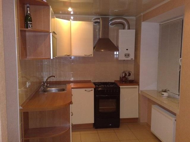 вариант интерьера кухни в хрущевке с газовой колонкой