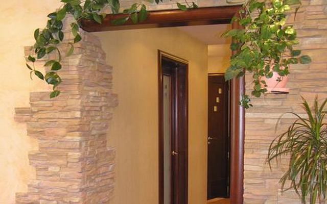 Дверной проем, облицованный декоративным камнем