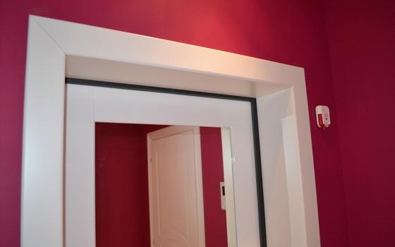 Откос входной двери белого цвета