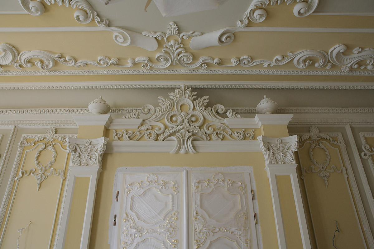 Гипсовая лепнина на стене и на потолке