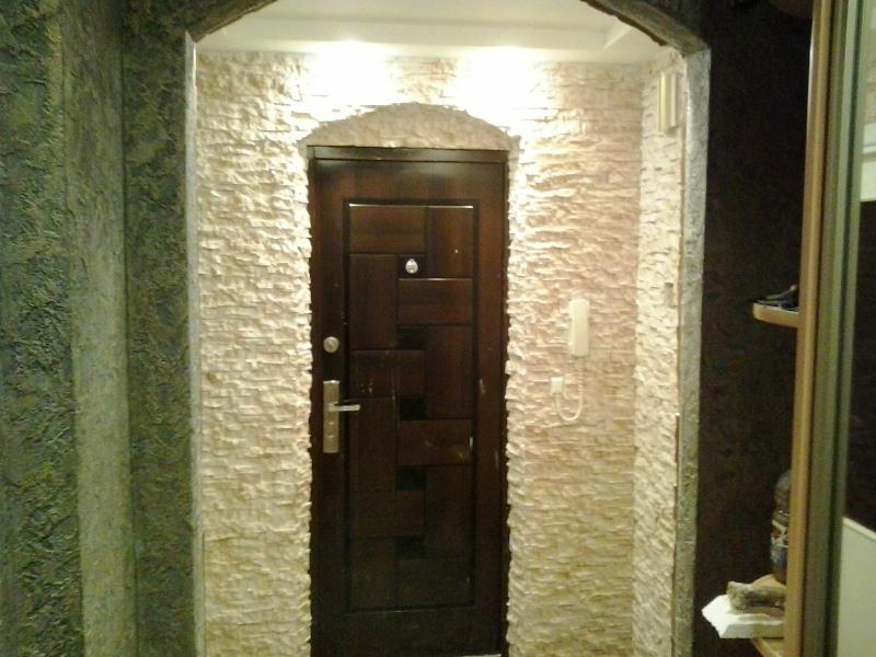 Дверь и стена, отделанная декоративным камнем