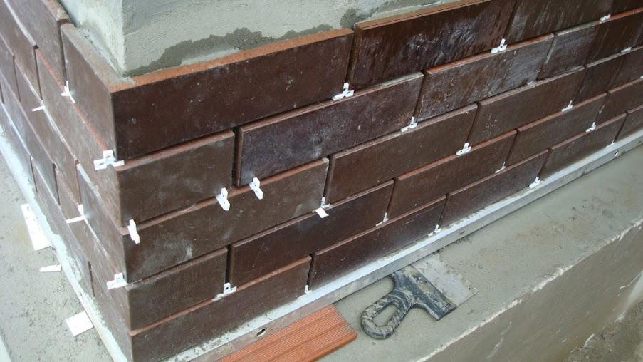 установка клинкерной плитки на цоколь здания