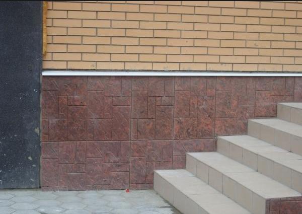 Цоколь дома, облицованный плиткой