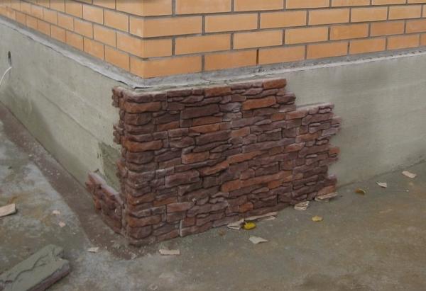 Отделка фундамента гипсовым кирпичом под камень
