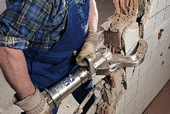 Снос стены специальным инструментом