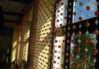 Креативная замена двери – вешаем висюльки в проем