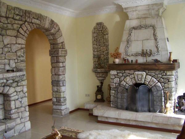Дверной проем и камин, облицованные камнем