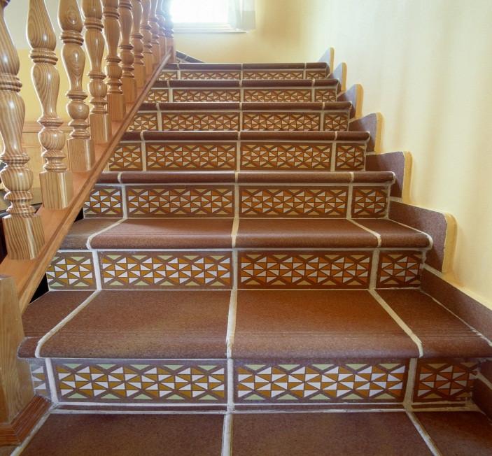 Внутренняя лестница, облицованная керамогранитом